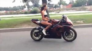 Мацка на мотор (Chick on a bike)